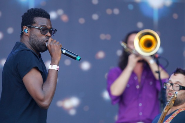 020412_lolla06_tvontheradio